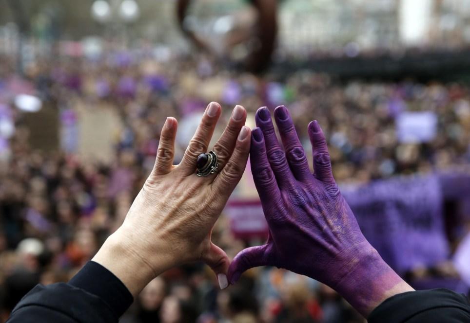 Una mujer con el gesto del feminismo en una marcha con motivo del Día Internacional de la Mujer en 2019. EFE/Luis Tejido.