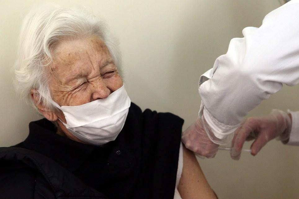 Una anciana mayor de 85 años recibe la vacuna de Pfizer-BioNtech en Atenas. EFE/ Orestis Panagiotou