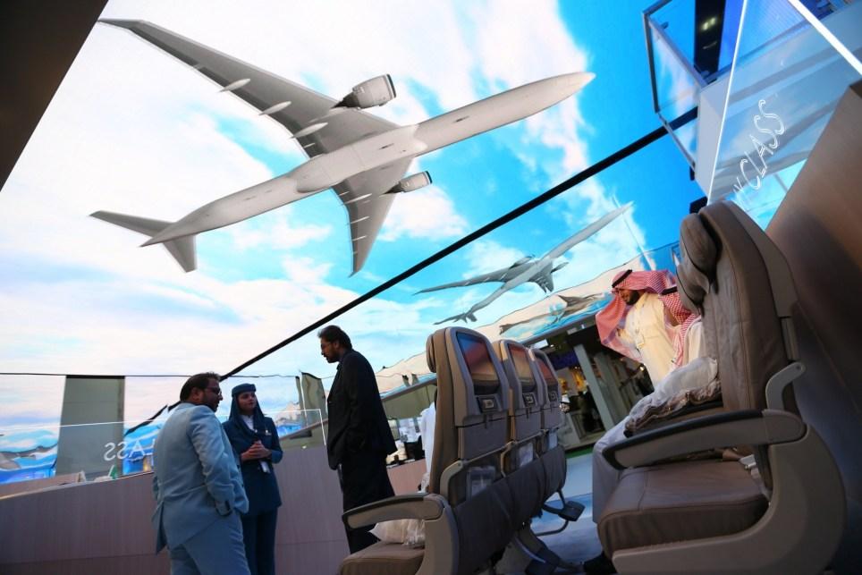 Varias personas visitan el expositor de Saudi Airlines en la feria Arabian Travel Market, de Dubái, en 2018. EFE/ Ali Haider