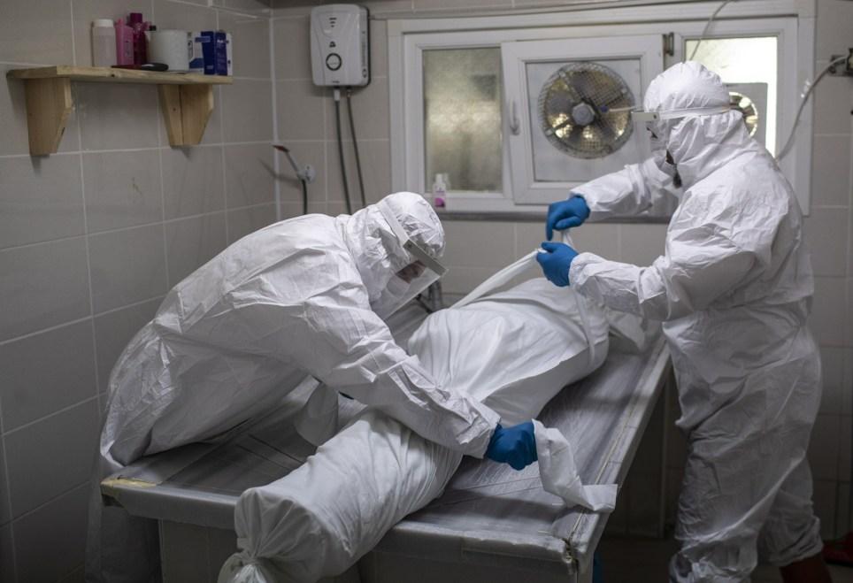 Empleados equipados con EPI en una morgue en Estambul. EFE/EPA/Erdem Sahin.