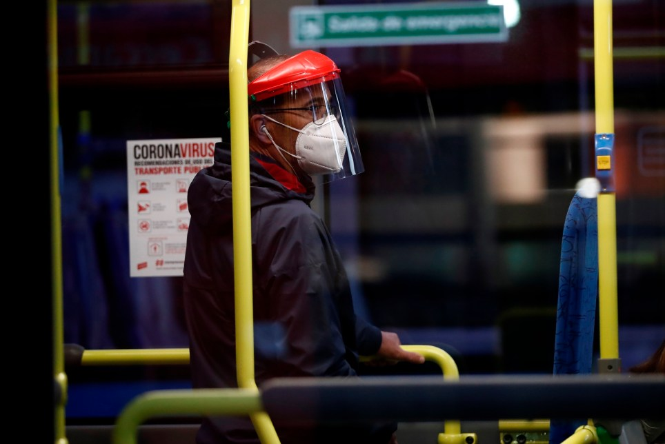 Un hombre protegido con mascarilla y una pantalla viaja en un autobús municipal de Madrid. EFE/Mariscal
