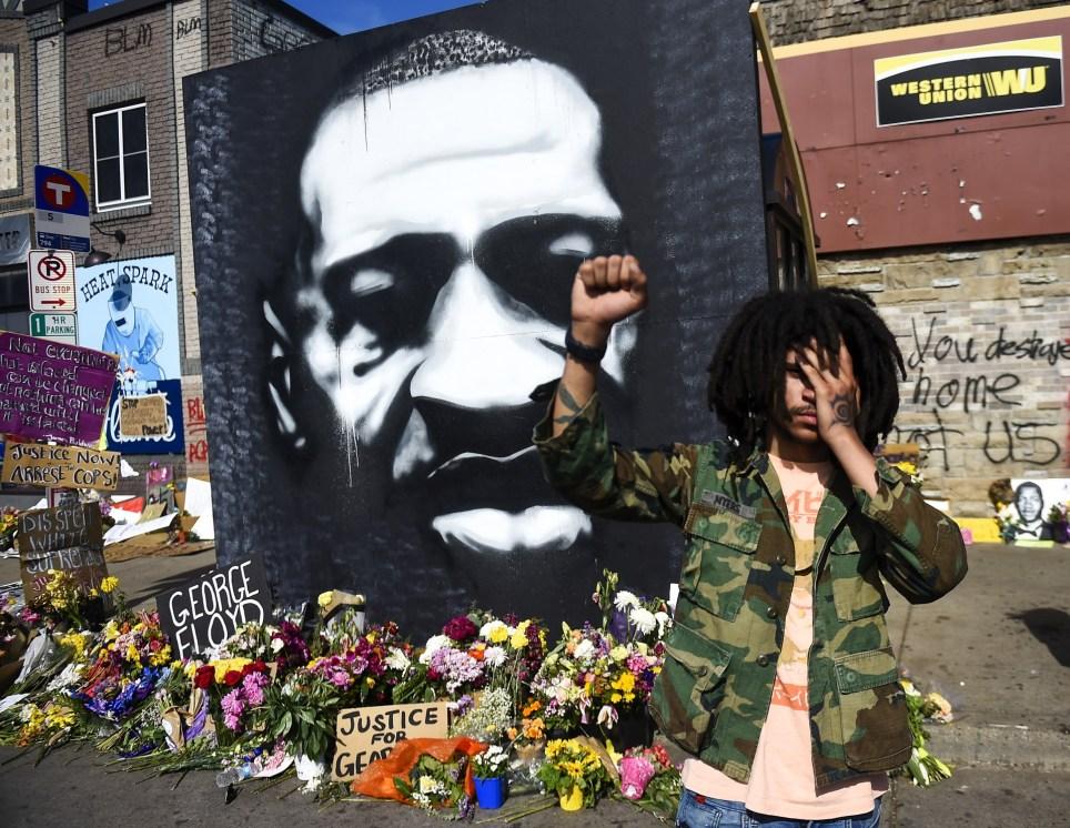 Homenaje a George Floyd en el lugar de Mineápolis donde el afroamericano fue detenido y murió después de que el policía Derek Chauvin le inmovilizara contra el suelo y presionara su cuello con la rodilla durante casi nueve minutos. EFE/EPA/CRAIG LASSIG