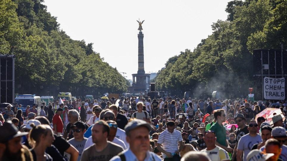 Manifestantes frente a la Columna de la Victoria durante una protesta contra las medidas para frentar la pandemia de coronavirus, en Berlín. EFE/EPA/Felipe Trueba.