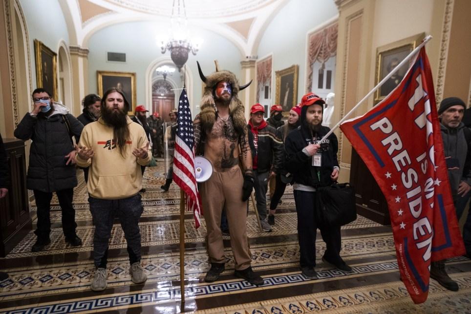 Seguidores de Trump posan junto a los despachos del Senado tras el asalto al Capitolio el 6 de enero. EFE/EPA/JIM LO SCALZO