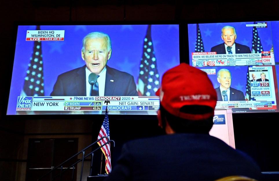 Un simpatizante de Donald Trump escucha al candidato demócrata Joe Biden en la noche electoral en Las Vegas, Nevada (Estados Unidos) EFE/EPA/David Becker.