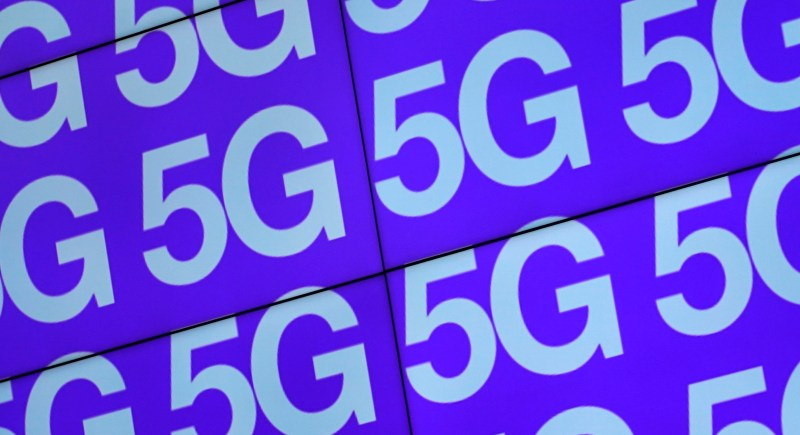 El logo del 5G logo aparece en pantallas en Londres. EFE/EPA/Will Oliver.