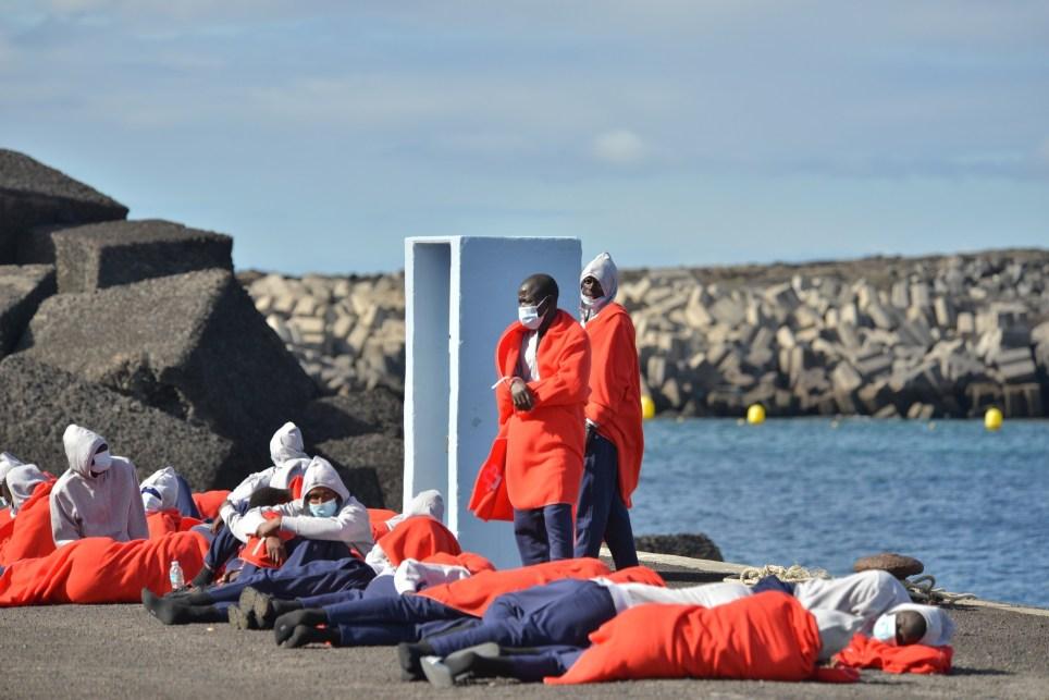 Inmigrantes llegados en patera a la isla canaria de El Hierro y atendidos por Cruz Roja en el puerto de La Restinga. EFE/ Gelmert Finol