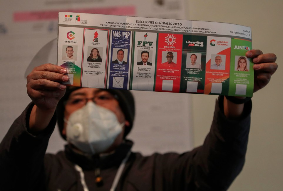Recuento de votos en la ciudad boliviana de El Alto tras las elecciones presidenciales del 18 de octubre. EFE/Martin Alipaz