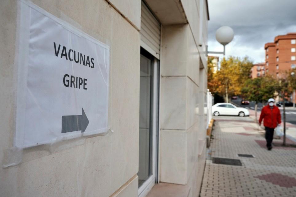 Un improvisado cartel que indicaba este octubre la zona para la vacunación contra la gripe en un centro de salud de Ávila. EFE/Raúl Sanchidrián