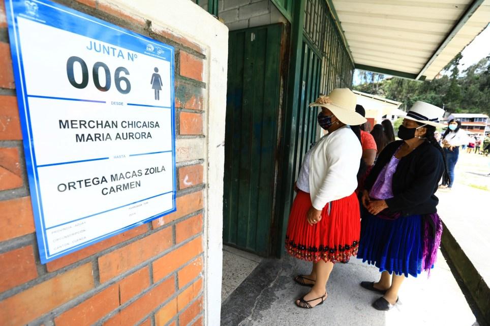 Varias personas esperaban para votar en las elecciones generales del domingo, en Cuenta (Ecuador). Más de 13 millones de ecuatorianos estaban convocados a las urnas para elegir presidente y vicepresidente, 137 asambleístas y cinco representantes del Parlamento Andino. EFE/ Robert Puglla