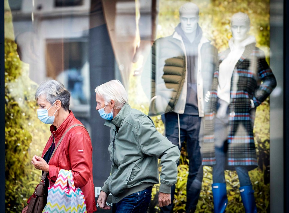 Dos holandeses acuden a comprar en un comercio de Ámsterdam protegidos por mascarillas. EFE/EPA/Koen van Weel.