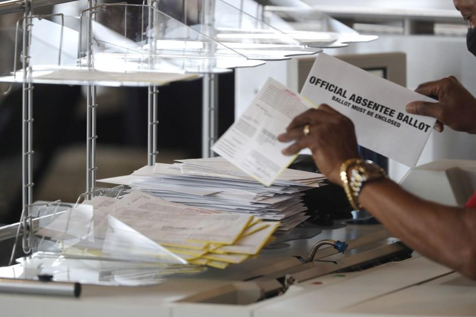 Escrutinio de votos por correo para las elecciones presidenciales estadounidenses en la ciudad de Atlanta. EFE/EPA/Erik S. Lesser