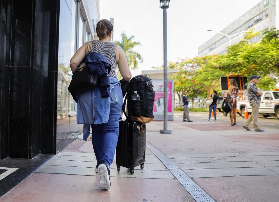 Una turista se diriga hacia el Aeropuerto Internacional de Miami. EPA/EFE/ERIK S. LESSER/Archivo
