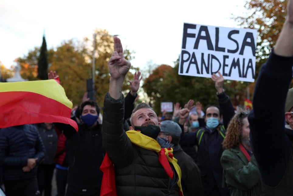 Negacionistas se manifiestan en Madrid para protestar contra el uso de mascarillas y mostrar su rechazo a la vacuna contra la Covid-19. EFE/Rodrigo Jiménez