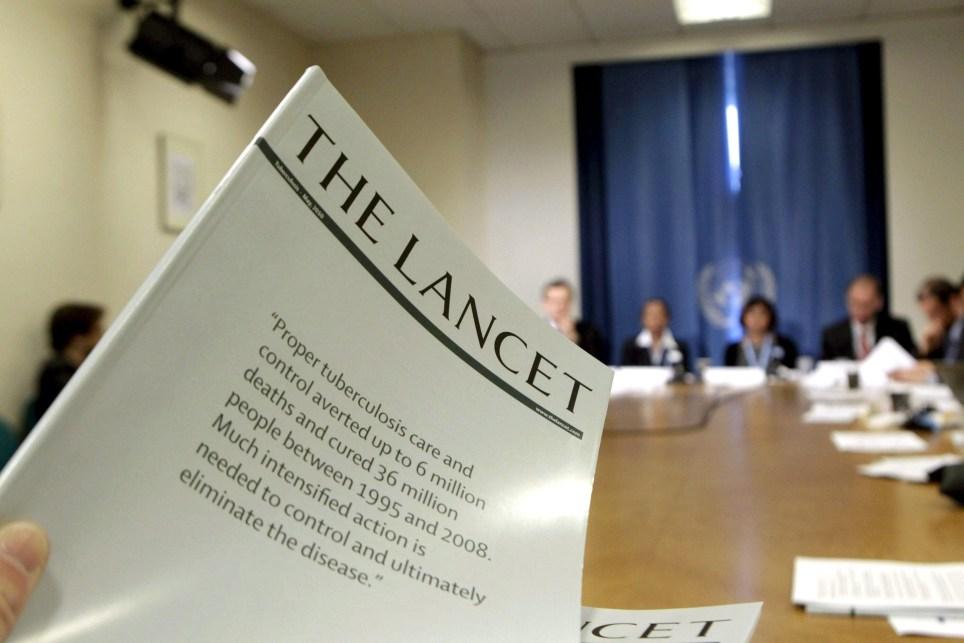 Un periodista sostiene un ejemplar de la revista médica The Lancet durante una asamblea de la Organización Mundial de la Salud (OMS) en Ginebra. EFE/Salvatore di Nolfi