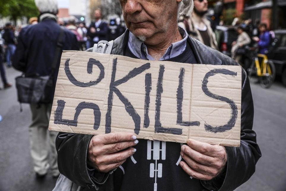 """Un manifestante en Berlín sostiene un cartel en el que puede leerse que el """"5G mata"""", una de las teorías conspirativas con más seguidores. EFE/EPA/Omer Messinger."""