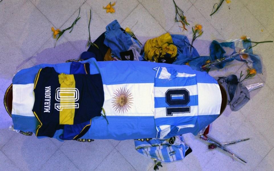 Vista del cajón cerrado donde yace Maradona, cubierto de una bandera argentina y una camiseta del Club Boca Juniors y de la Selección Argentina durante el velatorio en la Casa Rosada en Buenos Aires (Argentina). EFE/Juan Ignacio Roncoroni