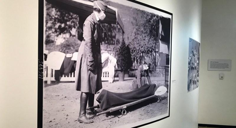 Una imagen de dos enfermeras con mascarillas cubriendo una camilla debido a la gripe de 1918, en una exposición en el museo de los Centros de Control y Prevención de Enfermedades (CDC) en Atlanta (EE.UU.). EFE/Archivo/Marcela Cortés.