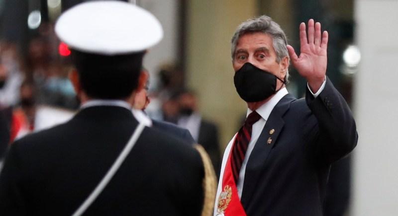 Francisco Sagasti saluda a su salida del Congreso después de la investidura como presidente de Perú. EFE/Paolo Aguilar/Archivo