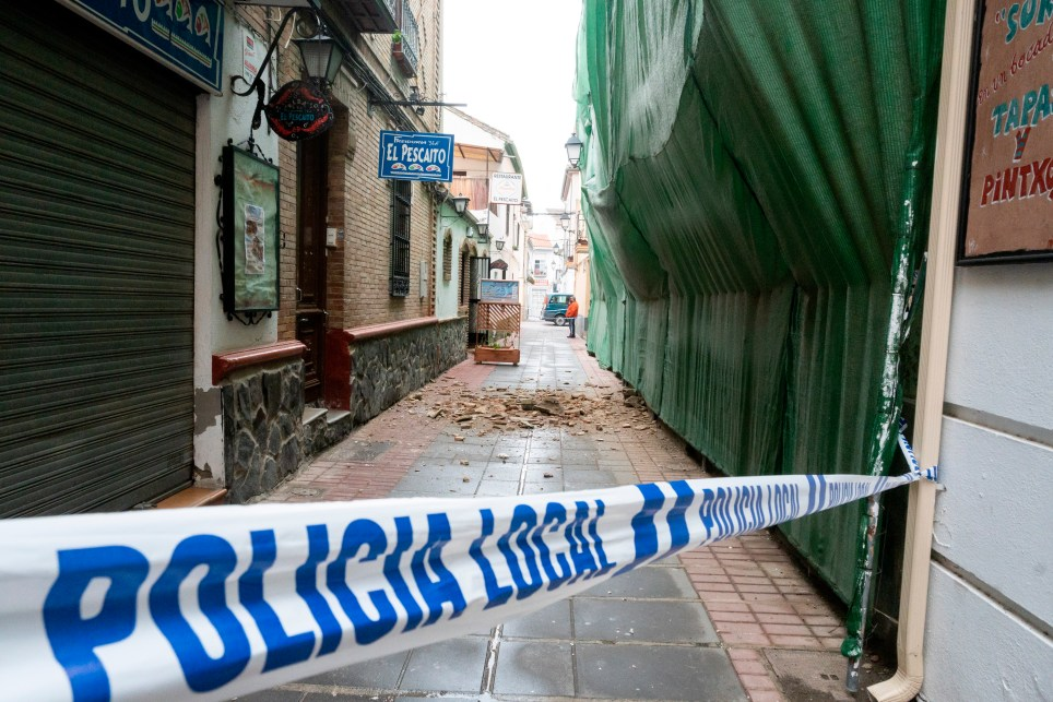 Una calle con cascotes caídos en Santa Fe, epicentro de los terremotos registrados en el área metropolitana de Granada. EFE / Miguel Ángel Molina