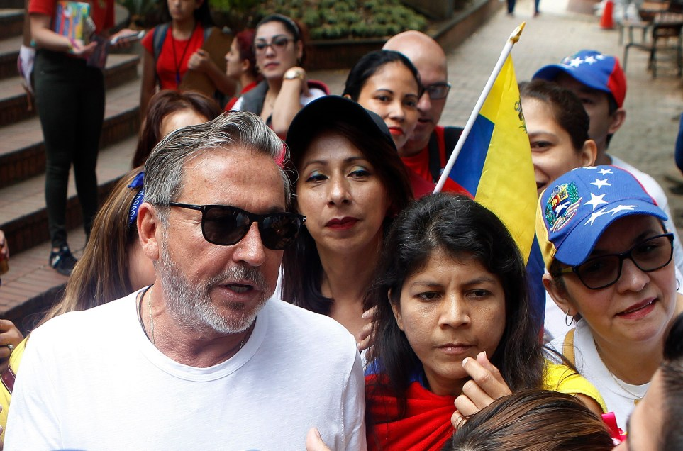 El cantautor venezolano Ricardo Montaner participó en 2019 en un plantón en apoyo al entonces presidente de la Asamblea Nacional de Venezuela, Juan Guaidó, este sábado en Medellín (Colombia). EFE/Luis Eduardo Noriega A