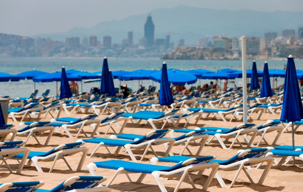 Inusual imagen de hamacas vacías en la playa de Benidorm (Alicante) el 1 de Agosto, debido a la crisis sanitaria provocada por la COVID-19.EFE/ Manuel Lorenzo