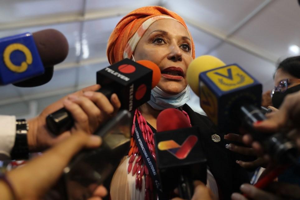 La exsenadora colombiana Piedad Córdoba atiende a los medios de comunicación en Caracas (Venezuela). EFE/ Miguel Gutiérrez