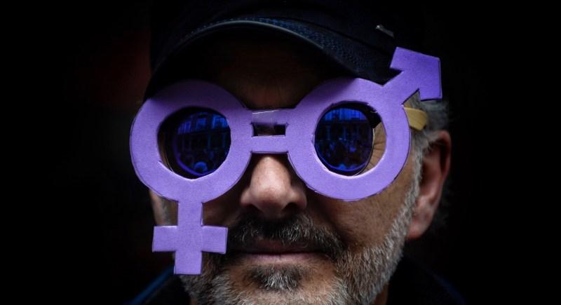 Un asistente a una de las manifestaciones organizadas en España el 8 de marzo de 2020 con motivo del Día Internacional de la Mujer. EFE/Nacho Gallego
