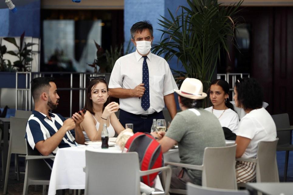 Turistas en la terraza de un restaurante en la Plaza Mayor de Madrid. EFE/Mariscal