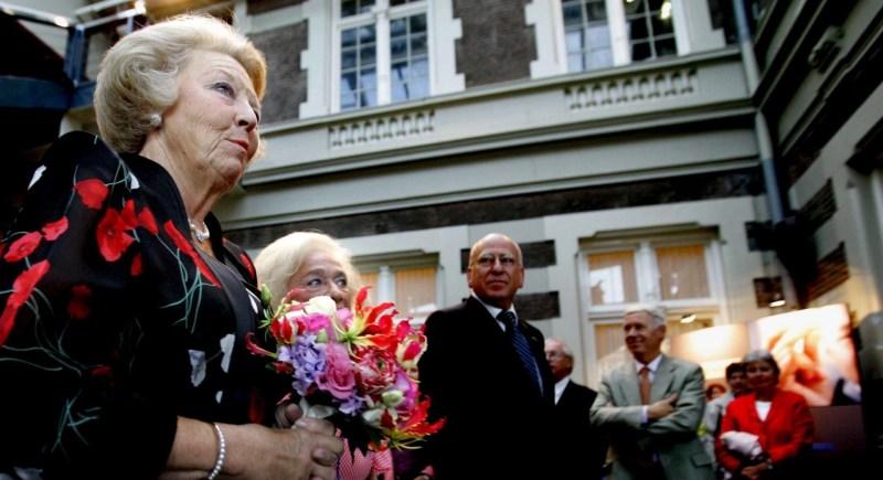 La reina Beatriz de Holanda llega al Concertgebow de Amsterdam para asistir a un concierto en 2005. EFE/Robin Utrecht