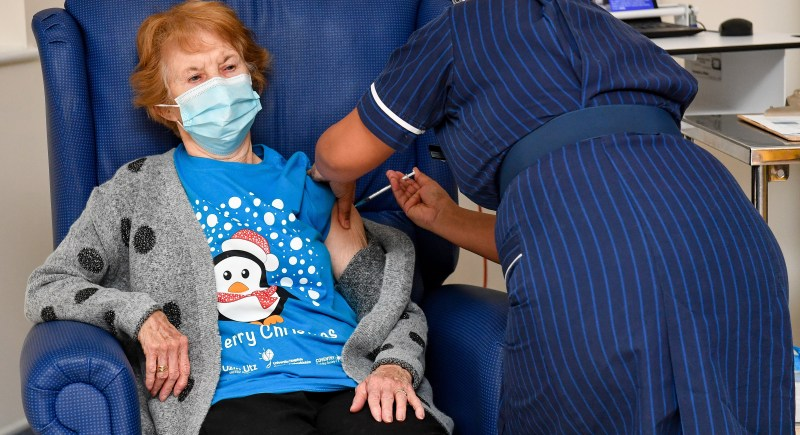 Margaret Keenan, la primera paciente en vacunarse contra el coronavirus en Reino Unido. EFE/EPA/Jacob King.