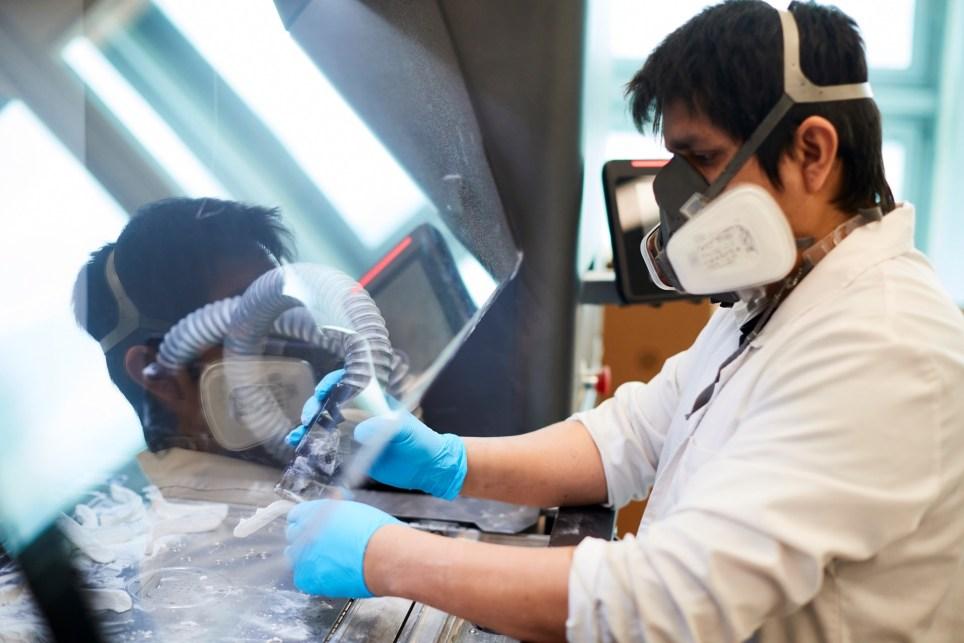 Un técnico trabaja con una impresora 3D en la fabricación de componentes para un respirador desarrollado por el Consorcio de la Zona Franca de Barcelona. EFE/Alejandro García