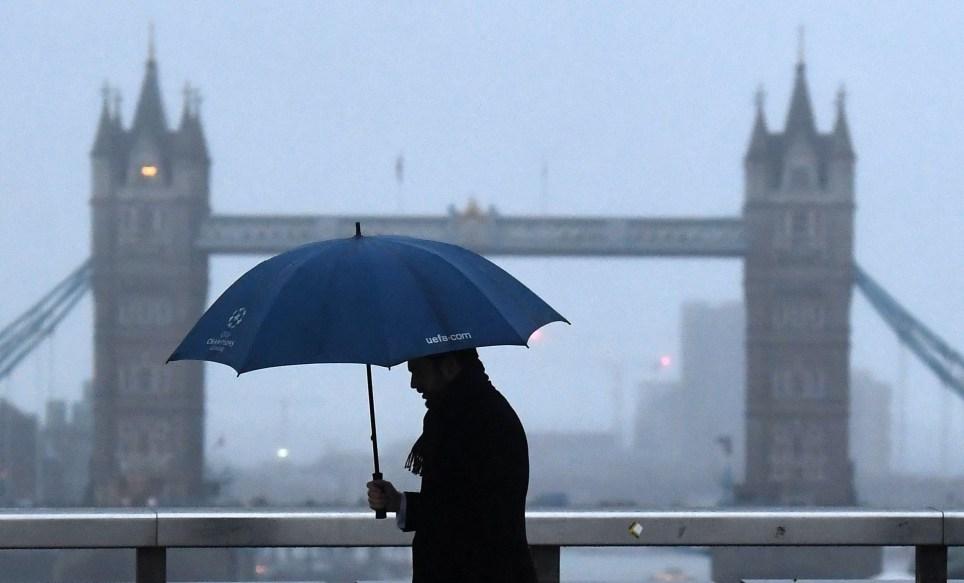 """Un hombre camina sobre el Puente de Londres en la capital británica el día conocido como """"Blue Monday"""" de 2018. EFE/ Andy Rain"""