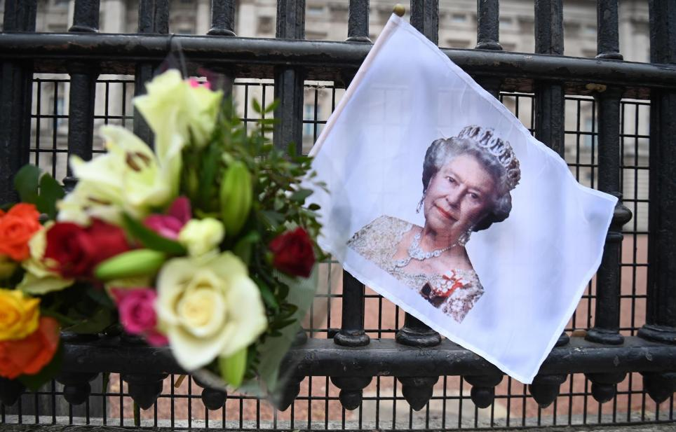 Tributes to Britain's Queen Elizabeth II outside Buckingham Palace in London, Britain, 21 April 2021. The Queen is marking her 95th birthday while still in official mourning for her late husband Prince Philip.EFE/EPA/ANDY RAIN/Archivo