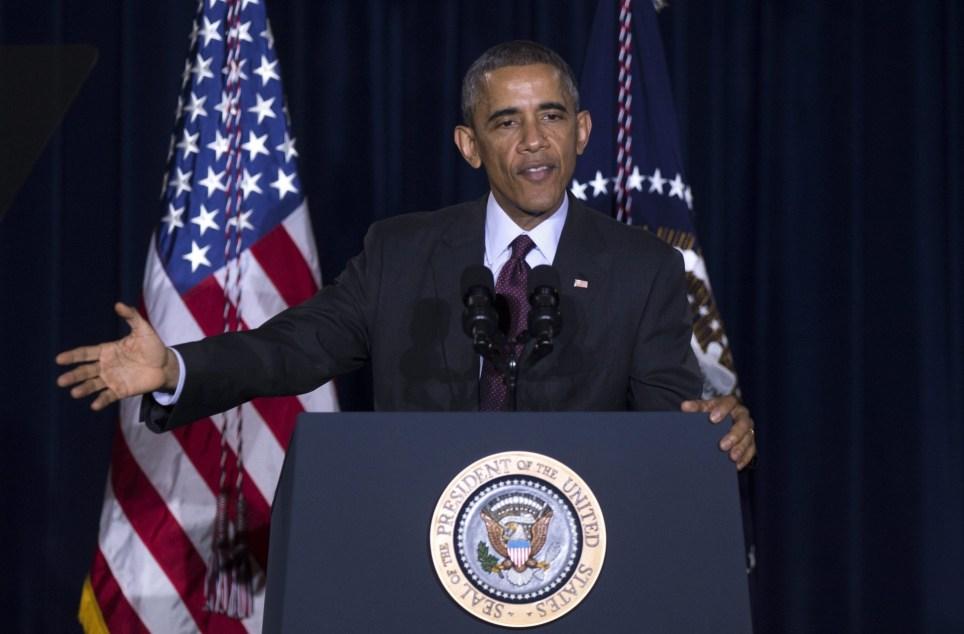 El presidente estadounidense Barack Obama durante su visita del 2 de diciembre de 2014 a los Institutos Nacionales de Salud (INH) en Bethesda, Maryland, donde fue informado sobre los avances en la investigación de una vacuna contra el ébola. EFE/Shawn Thew