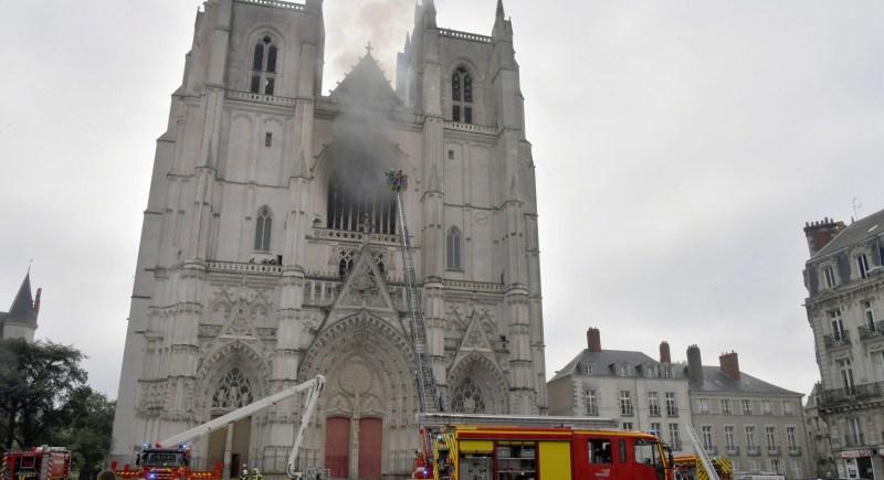 Los bomberos extinguen el incendio declarado en la catedral de Nantes. EFE / JEROME FOUQUET FRANCIA OUT