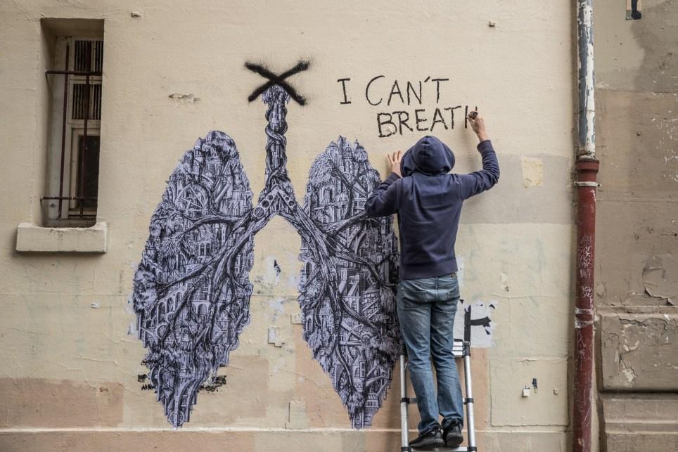 Ardif, un artista francés de 33 años, trabaja en un grafiti en París, Francia. EFE/EPA/Mohammed Badra.