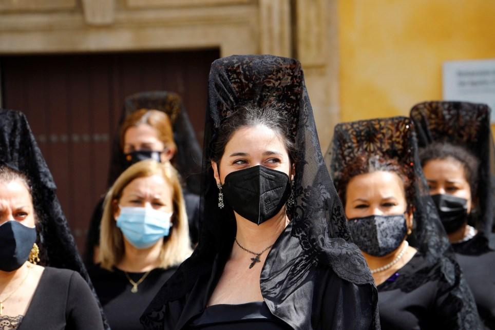 Mujeres protegidas con mascarillas durante la Semana Santa de Córdoba. EFE/Salas