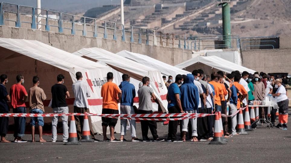 Inmigrantes rescatados por Salvamento Marítimo reciben atención humanitaria en el muelle de Arguineguín, en el municipio grancanario de Mogán. EFE/ Ángel Medina G.