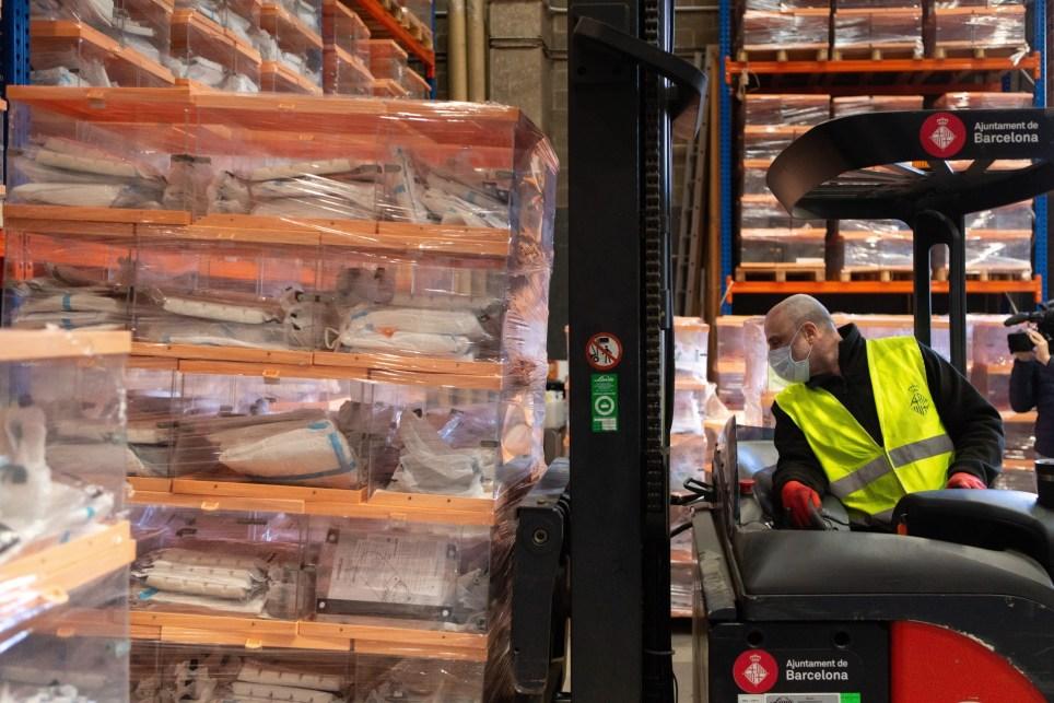 Un operario del Ayuntamiento de Barcelona trabajan con el material que se usará en las elecciones catalanas del 14 de febrero. EFE/Enric Fontcuberta