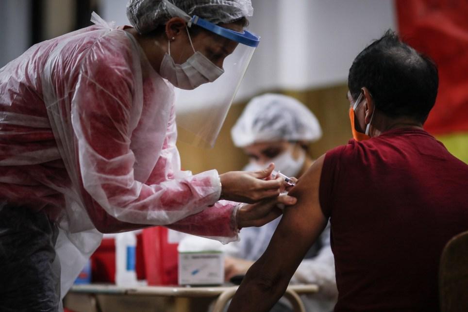 Una enfermera administra a un hombre una vacuna contra la gripe en una iglesia de Buenos Aires. EFE/ Juan Ignacio Roncoroni