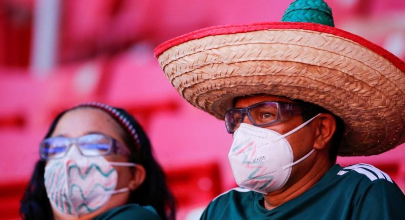 Aficionados asisten al partido entre República Dominicana y Estados Unidos durante un partido del torneo de la Clasificatoria Olímpica Masculina de CONCACAF de fútbol, en el estadio Akron, en Guadalajara, Jalisco (México). EFE/Francisco Guasco