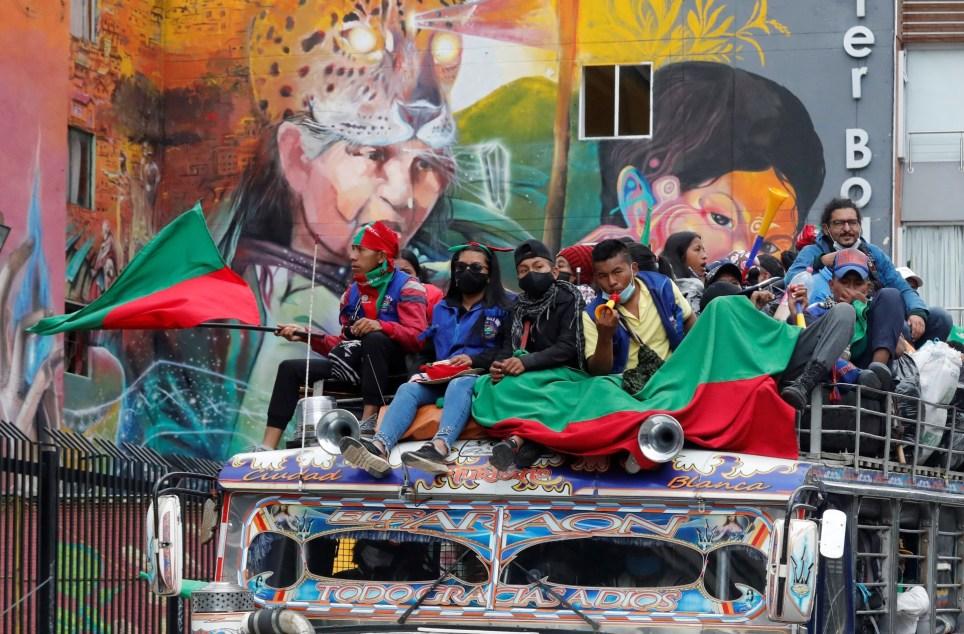Indígenas de la caravana reivindicativa procedente del suroeste de Colombia participan en una manifestación por las calles de Bogotá durante la jornada de paro nacional del 21 de octubre. EFE/ Mauricio Dueñas