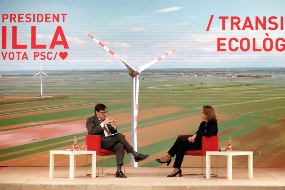 El candidato del PSC a la Generalitat, Salvador Illa (i), dialoga con la vicepresidenta del Gobierno y ministra para la Transición Ecológica, Teresa Ribera (d). EFE/Toni Albir