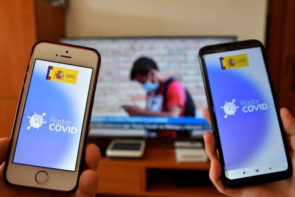 Dos móviles con la aplicación de Radar Covid instalada. EFE / Carlos Barba