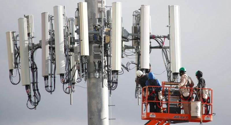 Trabajadores de Verizon instalan una torre celular para la red de quinta generación (5G) en Orem, Utah (EEUU). EFE/George Frey
