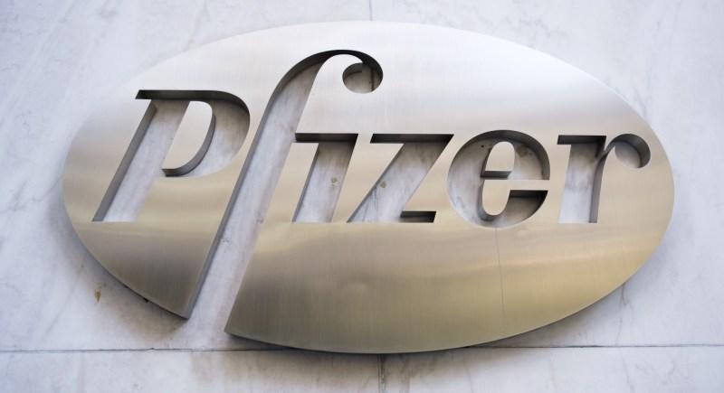 Emblema de la farmacéutica estadounidense Pfizer en su sede central, en Nueva York. EFE/EPA/Justin Lane