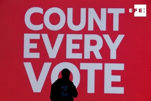 Un cantante actúa frente a un monitor en el que se lee 'Cuenten cada voto' en un mitin cerca de la Casa Blanca, en Washington (EE.UU.). EFE/ Michael Reynolds