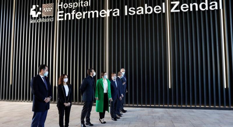 Representantes institucionales posan junto al hospital Isabel Zendal en su inauguración. EFE/Chema Moya