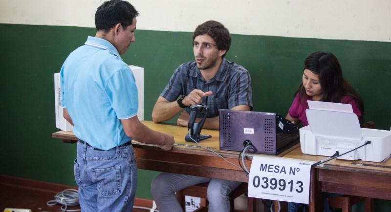 Foto de archivo de 2016 que muestra a ciudadanos peruanos ejerciendo su derecho al voto.EFE/Sebastián Castañeda